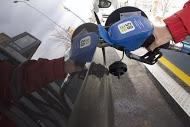 Tankkauspistooli auton tankissa.