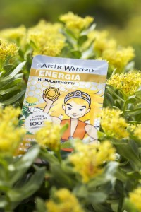 Arctic Warriors tuote ja keltaisia kukkia.