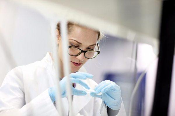 Nainen tutkii laboratoriossa.