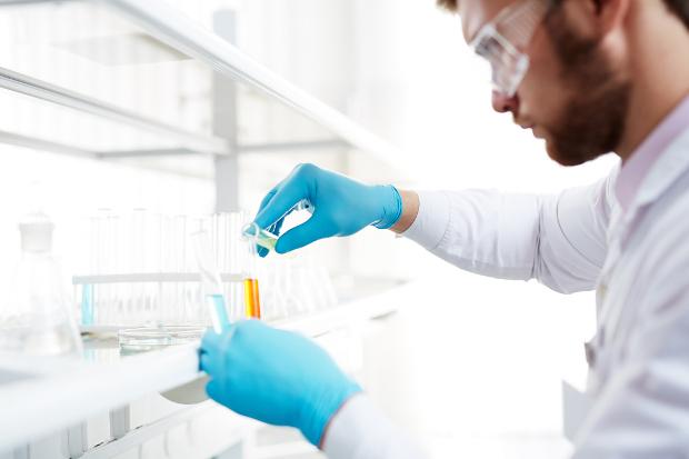 Kemisti käsittelee aineita laboratoriossa.