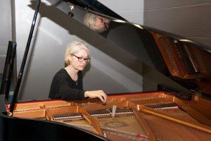 Päivi Heinilä pianon ääressä.