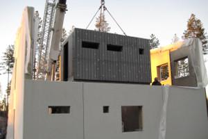 Betonielementtiä lasketaan puuelementtirakenteen sisään.