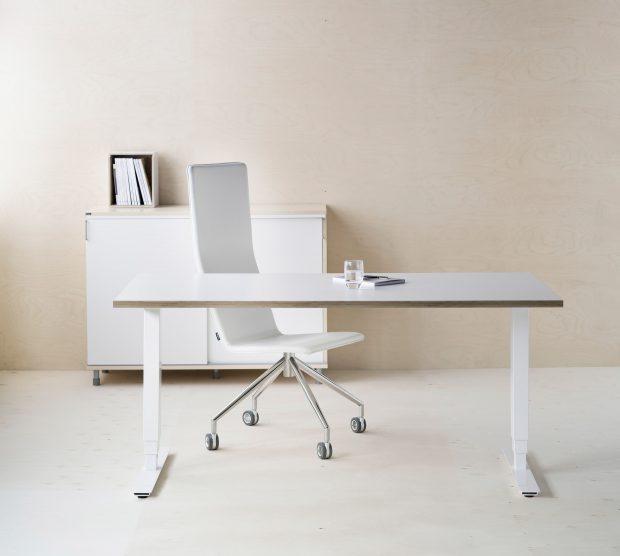 Valkoiset työpöytä, tuoli ja kaappi.