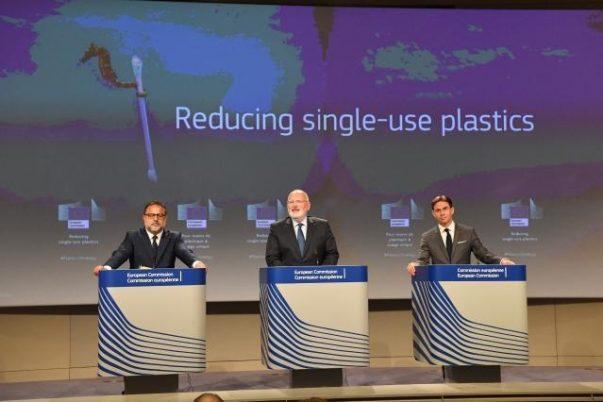 Euroopan komission tiedotustilaisuus kertakäyttöisten muovien vähentämiseksi.