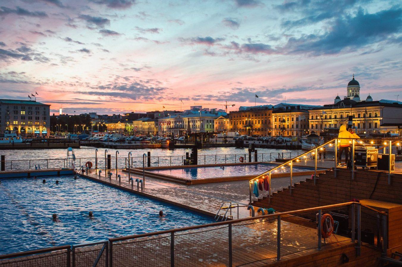 Helsingin Allas Sea Poolin ulkoaltaat punertavassa iltamaisemassa.