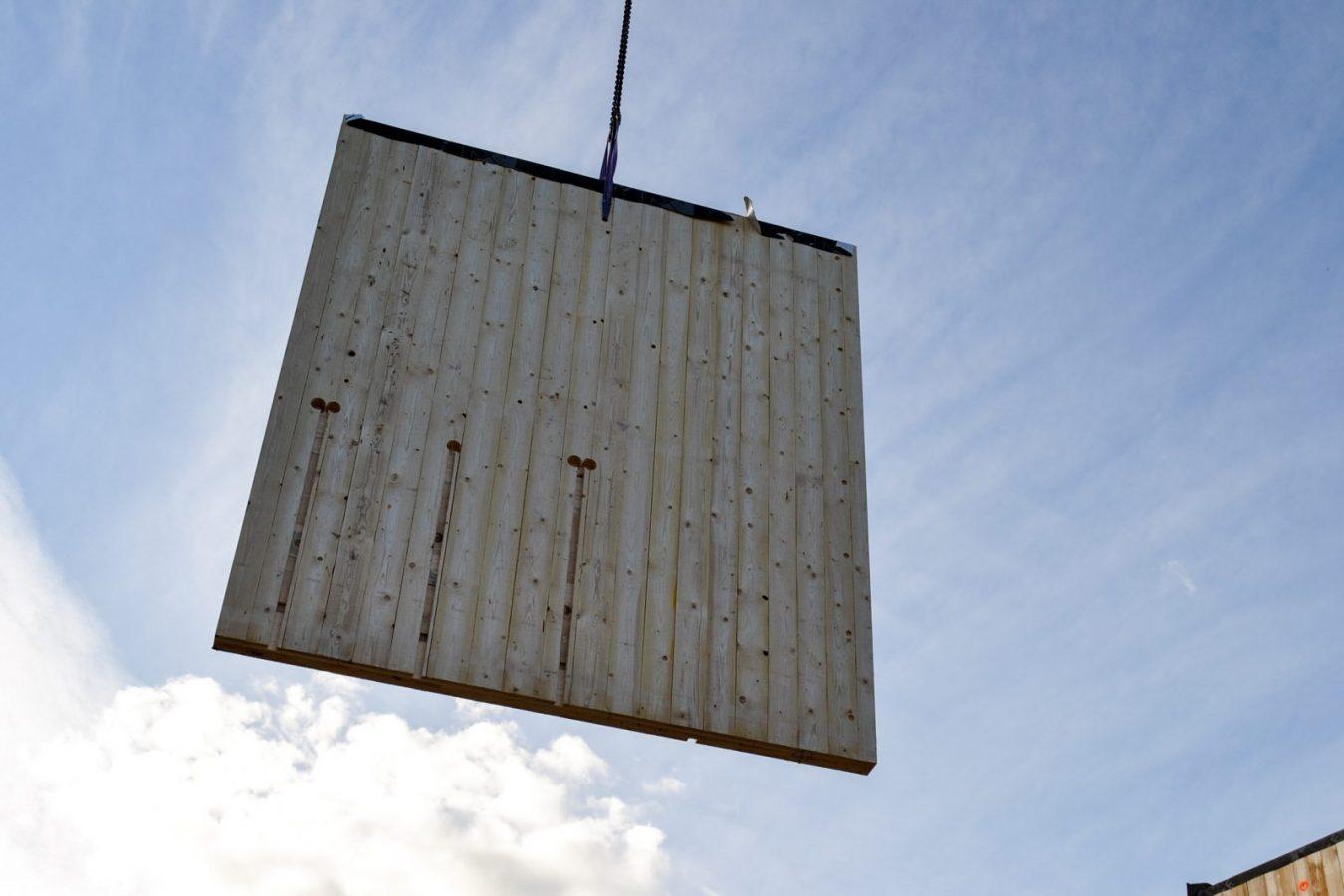 Massiivipuuelementtiä nostetaan ilmaan.