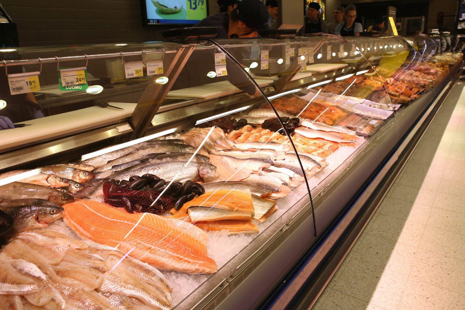 Kalatiskin tarjontaa ruokakaupassa.