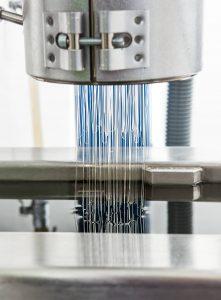Kone valmistaa tekstiilikuitua.