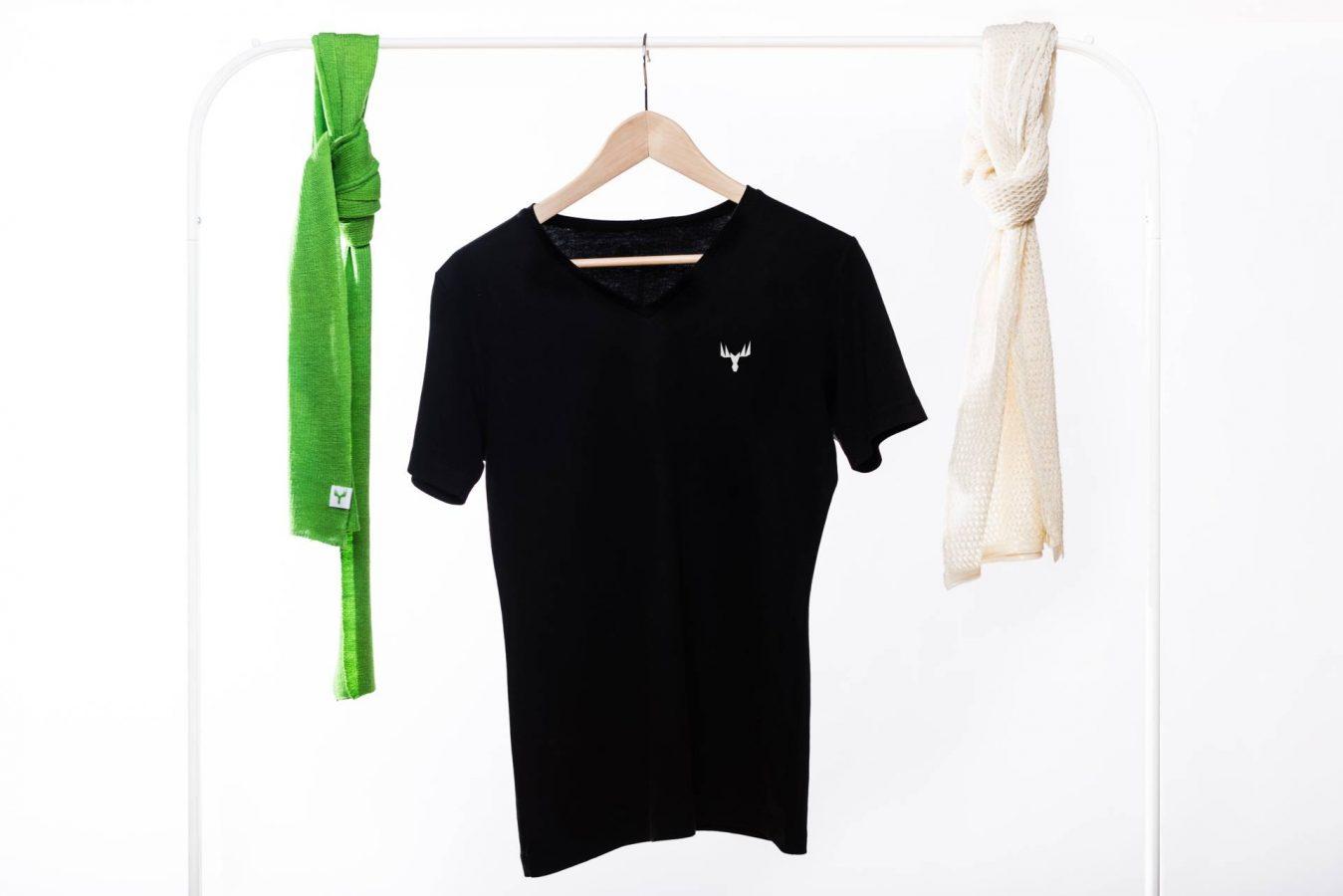 Metsä Springin tuotteita: vihreä ja valkoinen kaulahuivi ja musta t-paita.
