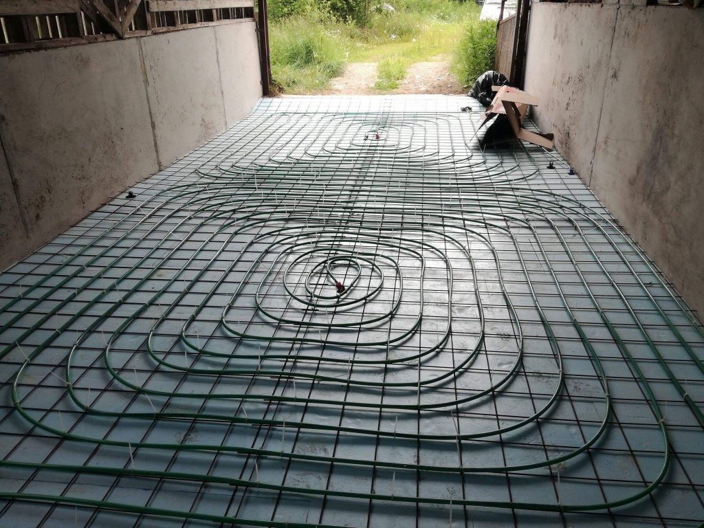 Lantalan lattiavaluun asennettu lämmönkeruuputkisto.