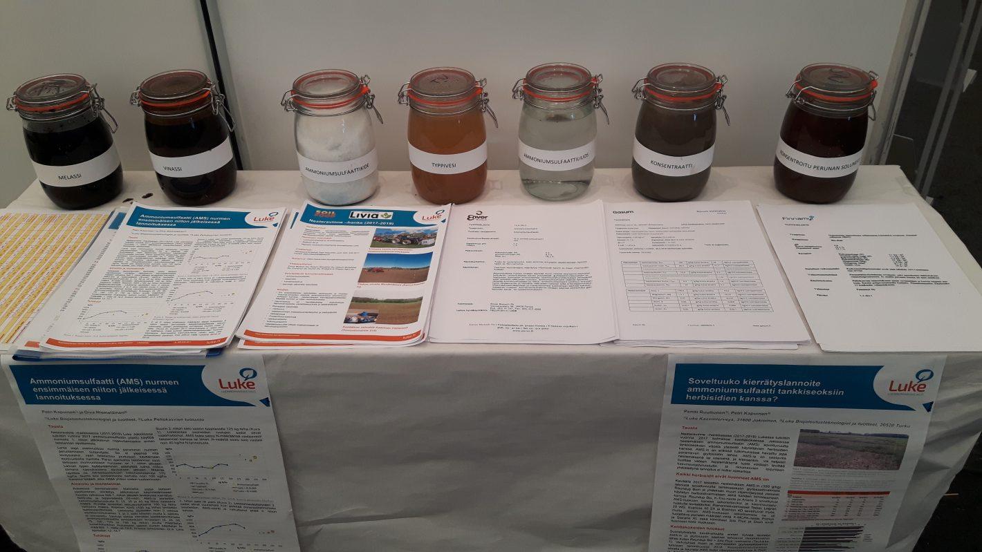 Luken kierrätyslannoitteiden raaka-aineiden esittelypöytä.