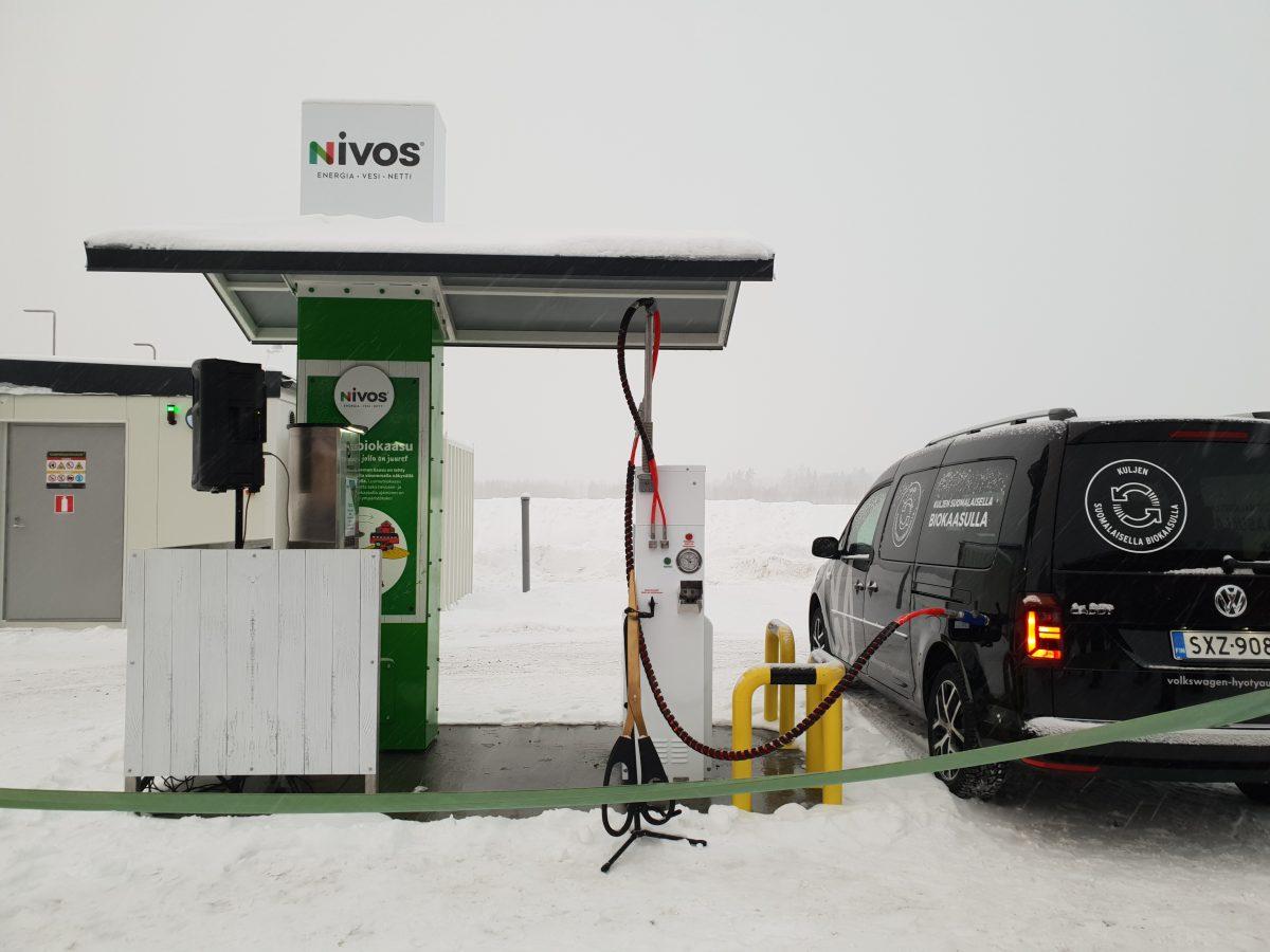 Autoon tankataan biokaasupolttoainetta asemalla.