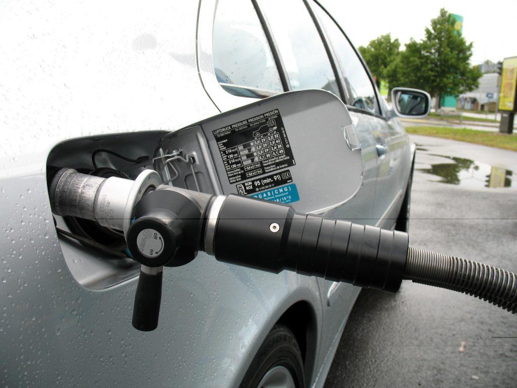 Gasbilen fylls med biogas.