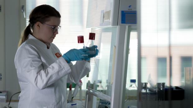 Anna Ylinen pitelee koeputkia käsissään laboratoriossa.
