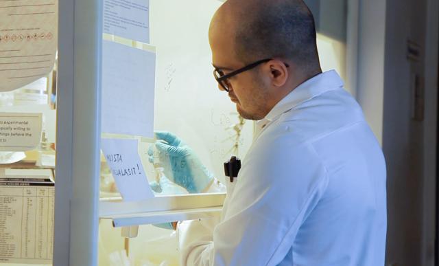 Tutkija Pezhman Mohammadi työssään laboratoriossa.